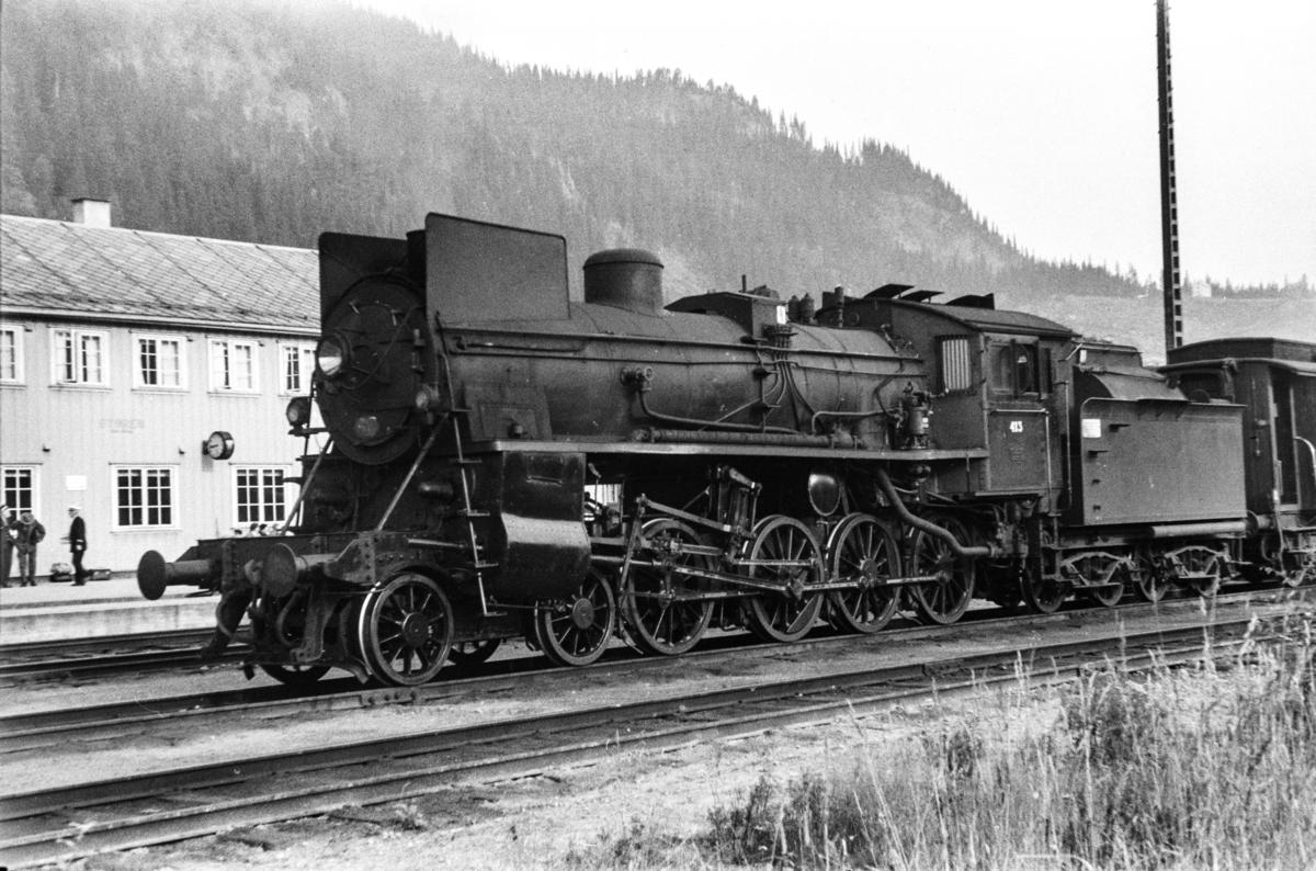 Damplokomotiv type 26c nr. 413 med dagtoget fra Trondheim til Oslo Ø over Røros, tog 302, på Støren stasjon.