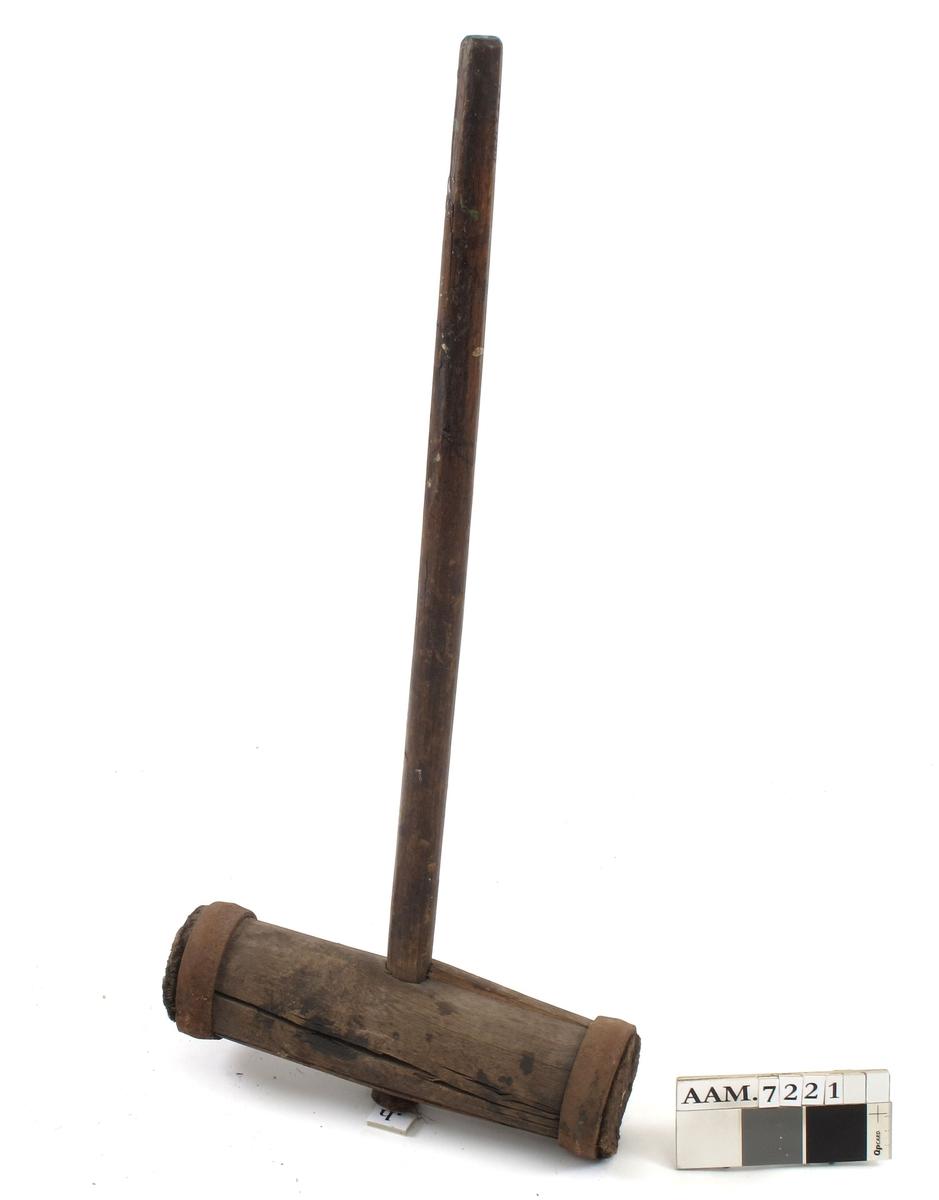 """Sylinder av eik med en jernring i hver ende og hull gjennom midten til skaft.  Til å slå på klameien med når det skulle dreves.  Fra fartøyvern.com:  """"Klameien (horsing iron) er eit stort rabattjarn med skaft, som vert halde av ein person, medan ein annan deljar til med slegge (eller klubbe). På nybygg i Hardanger har klameinen gjerne vore brukt ved rabbattering av siste tråd på støtnata i huda (Hesthammer 1998) og iblant langs kjølnatet. Ved Lowestoft brukte dei også klamei i kjølnatet. Ellers vert klameien brukt til vedlikehalds-rabatting, når drevet er vått og vanskeleg å få inn."""""""