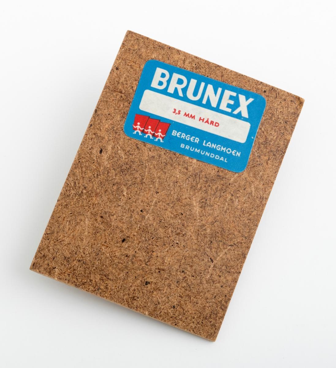 En rektangulær trefiberplate (wallboardplate), vareprøve, på 9,9 cm x 7,4 cm. Plata har en glatt framside og en mer ru bakside. På vareprøvas ene side gjenifnnes en påklistrert etikett med firmaets logo og denne teksten: Brunex, 3,5 mm hård Berger Langmoen Brumunddal.