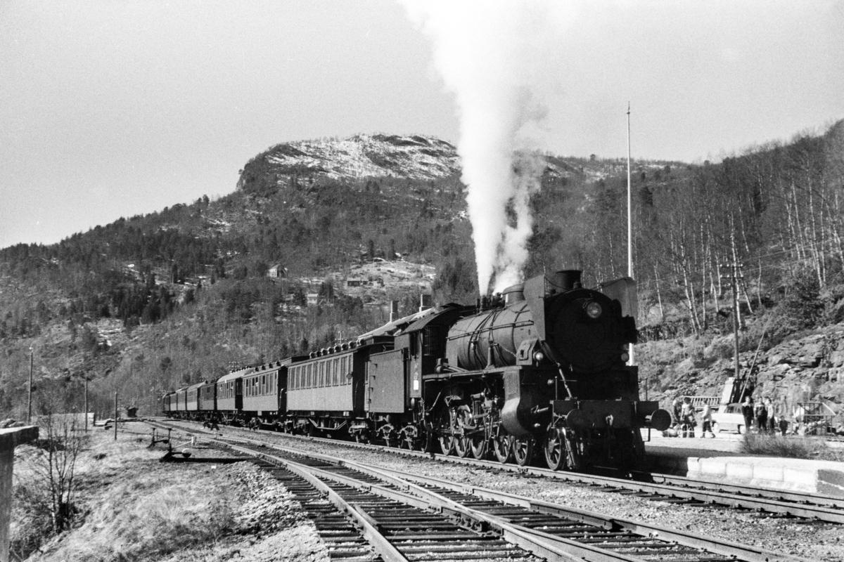 Damplokomotiv type 31b nr. 430 med ekstratog retning Ål, tog 7688, i anledning hjemreisen 2. påskedag 1960.