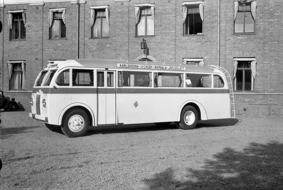 Volvo B1-buss för ÖBlJ. Linjen Karlskrona - Lyckeby - Ramdal - Jämjöslätt. Karossen tillverkad av Aktiebolaget Svenska Järnvägsverkstäderna, ASJ. Leveransfoto.