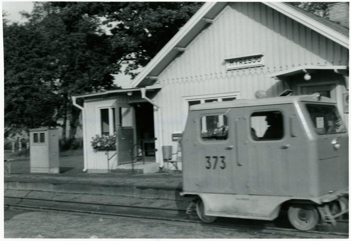 Vetlanda - Sävsjö Järnväg, HvSJ,  Banavdelningens dressin MDR127p 373 utanför stationshuset. Nedläggning av bandelen Vetlanda Sävsjö  Målilla. 1961-09-01.