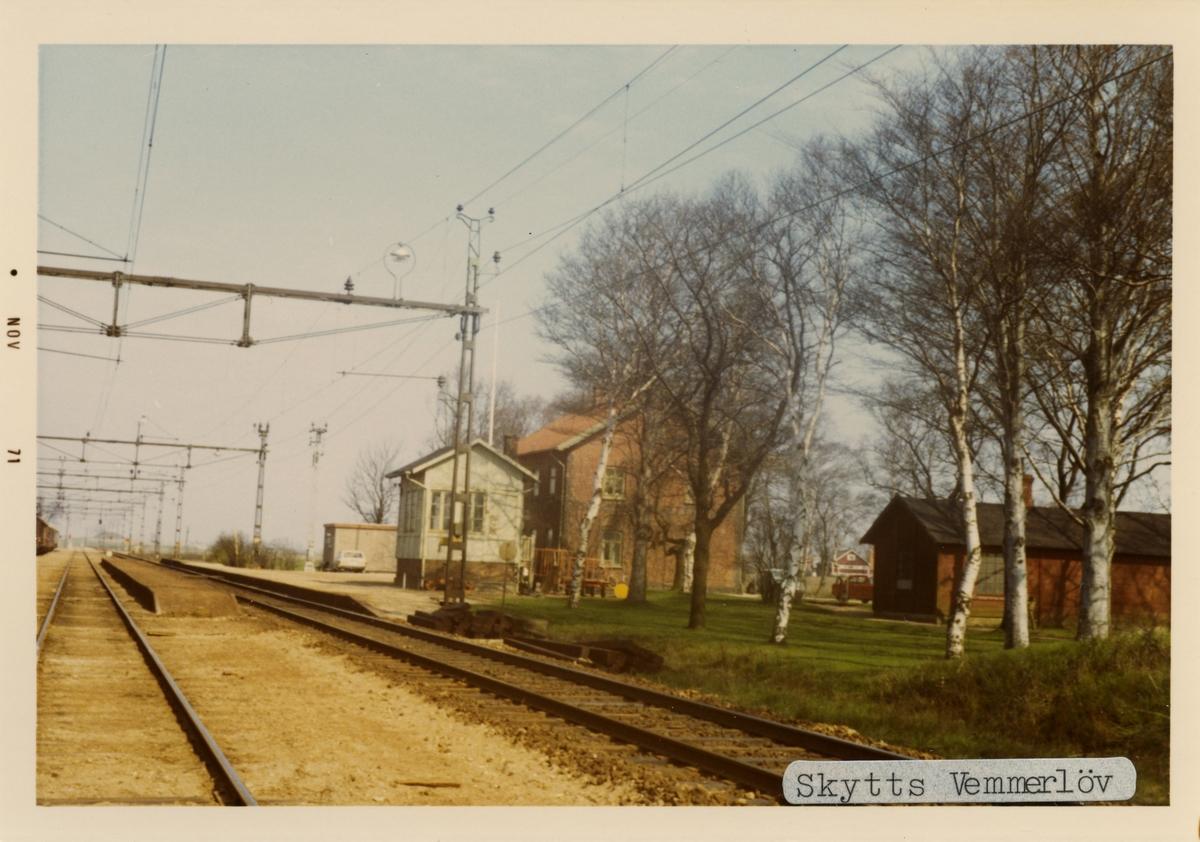 Skytts Vemmerlöv station 1971. Malmö - Trelleborgs Järnväg, MTJ. Stationen öppnades 1898 och lades ner 1973. Men används fortfarande som trafikteknisk station. Stavades Skytts Vemmerlöf före 1916. Banan elektrifierades 1933.