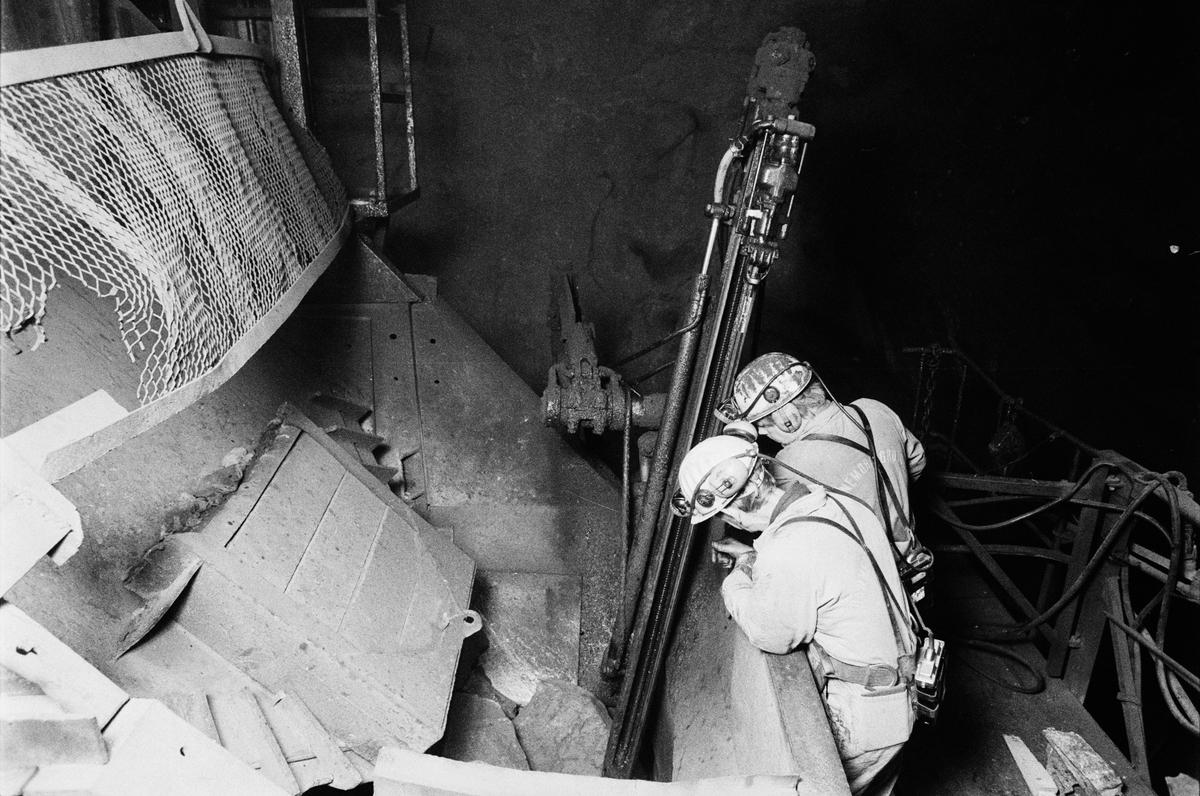 Gruvförman Olle Johansson och krossmaskinist Leif Eriksson borrar inför sprängning av ett skut i malmkrossen, gruvan under jord, Dannemora Gruvor AB, Dannemora, Uppland oktober 1991
