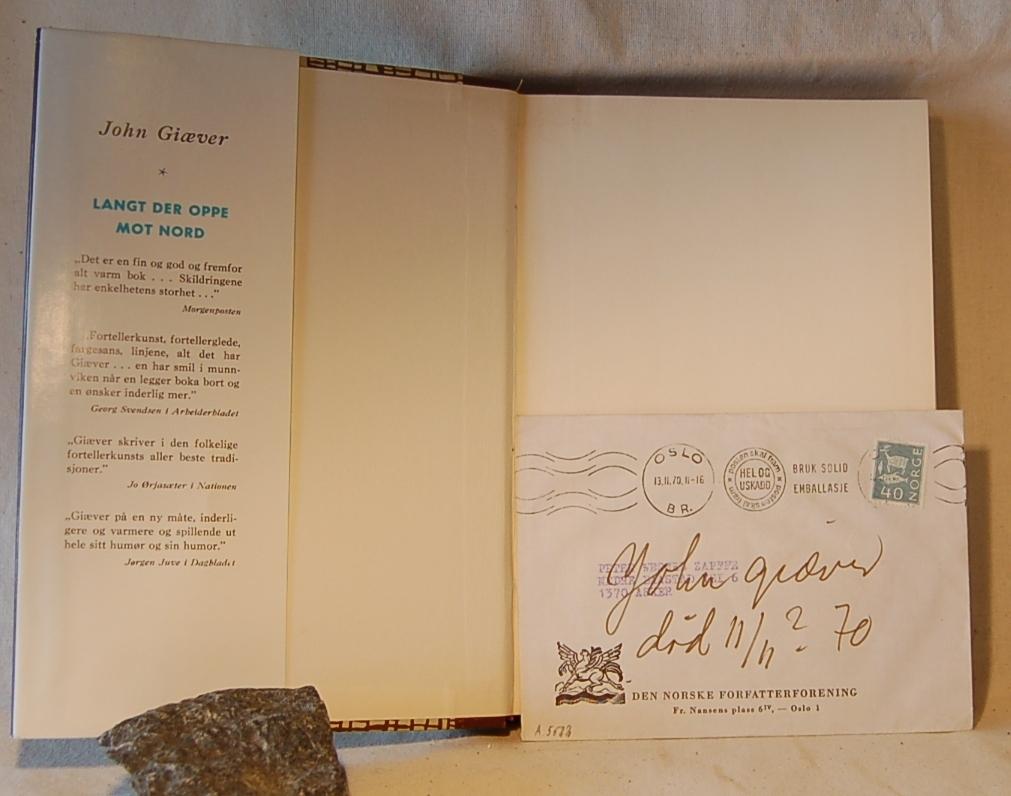 Filosofen Peter Wessel Zapffe og hans kone Berit testamenterte sin eiendom på Båstad i Asker til Universitetet i Oslo. Da det ble besluttet å selge eiendommen i 2009 ble deler av P.W. Zapffes arbeidsrom og andre eiendeler overlatt til Asker Museum. Denne samlingen inngår nå som en permanent utstilling på museet. Smussomslagpå boken. Konvolutt med brev og påskrift inni.