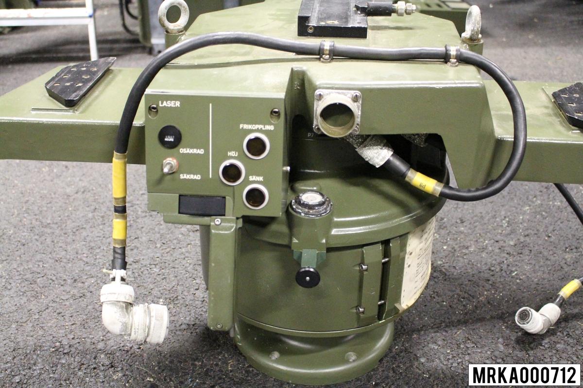 Vridbordet har två kikare och en laser SM-enhet monterade och kan inriktas i både sid- och höjdled med hjälp av servostyrda drivmotorer. Vridbordet har monteringsanordningar för snabbmontering av kikare och laser. På vridbordet finns också en styrenhet för inriktning av bordet och avfyring av lasern och en manöverenhet som kommunicerar med måldataenheten.  Ursprungsbenämning: VRIDBORD Ursprungsbeteckning: PHIL-RP 965.770  Anläggning 19.