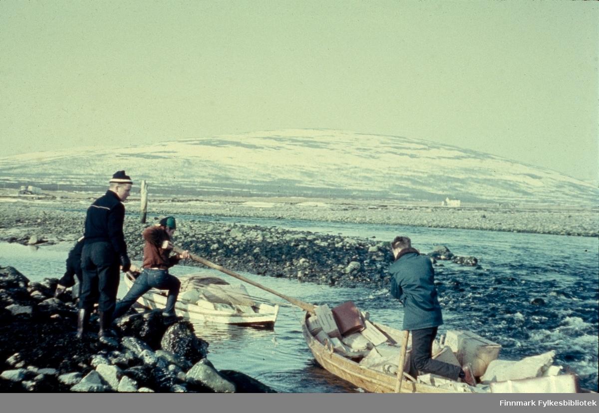 """Veidnes, påsken 1960. Terje Mikkelsen i robåten. Veidnes er ei bygd i Lebesby kommune i Finnmark. Det er det eneste bebodde stedet på vestsiden av Laksefjorden, og er trolig det stedet i Norge som har lengst vei til kommunesenteret, ca. 265 km til Kjøllefjord. (det er 51 km med båt). Veidnes har ca. 50 innbyggere. Næringslivet i bygden består av fiske og hold av storfe og sau. Naturen er en del av et våtmarksområde med bjørkeskog, myrer, og spesielt rikt fugleliv. Fotografen, Richard Bergh har også skrevet et hefte som heter: """"Når vi sitt' her og prate"""". Folk i Laksefjord forteller. Norsk Folkeminnelags skrifter nr. 122. H. Aschehoug & Co. (W. Nygaard). Oslo 1980. ISBN 82-03-10187-9"""