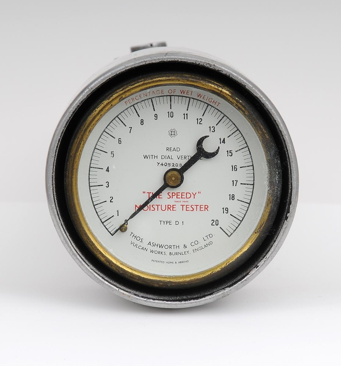 Fuktighetsmålerinstrumentet ligger i en trekoffert og består av 6 deler: fuktighetstesteren, vekt, 2 vektskåler, måleskje og børste. Det finnes en grundig beskrivelse av hvordan man skal gå fram for å forberede prøver og selve målingen på innsiden av koffertens lokk. Alle delene har sin plass i kofferten. Lokket og fundamentet til vekten er ødelagt. Måleinstrumentet ble brukt under byggingen av Tjeldsundbrua, sammen med STMU-002237.