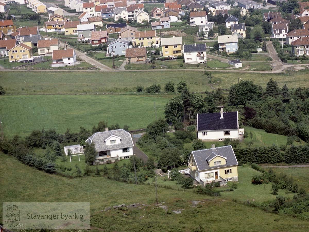 Bebyggelsen i forkant ved Vårlibakken, Øvre Sandvikvei..I bakgrunnen Brattåsveien, Åsveien, Svend Foyns gate, Roald Amundsens vei