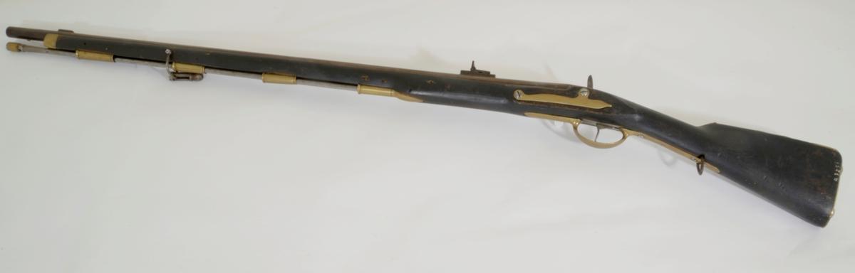 Pipe med fem rifler, messingsikte sløyfet inn i klakk ca. 10,9 cm. fra munningen, klakken 4 cm. lang. Bajonettklakk 4,6 fra munningen. Sideblikk, kolbekappe, 4 røkner og nesebåndet av messing. Rundt løp av stål. Stål ladestokk. Krasser er festet inn på fremre remfeste. Skjefte av tre. M/1769/41/51