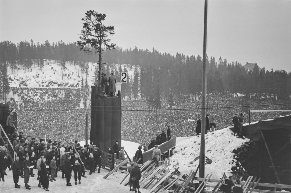 Holmenkollrennet 1939. Litt av folkemengden som overvar skirennet.