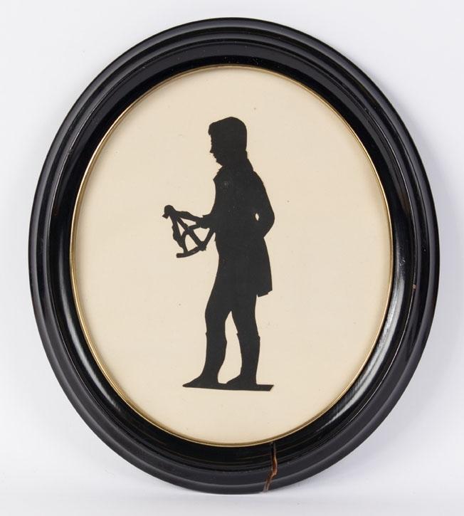 Bilde av siluett av skipper som holder en ekstant i høyre hånd.
