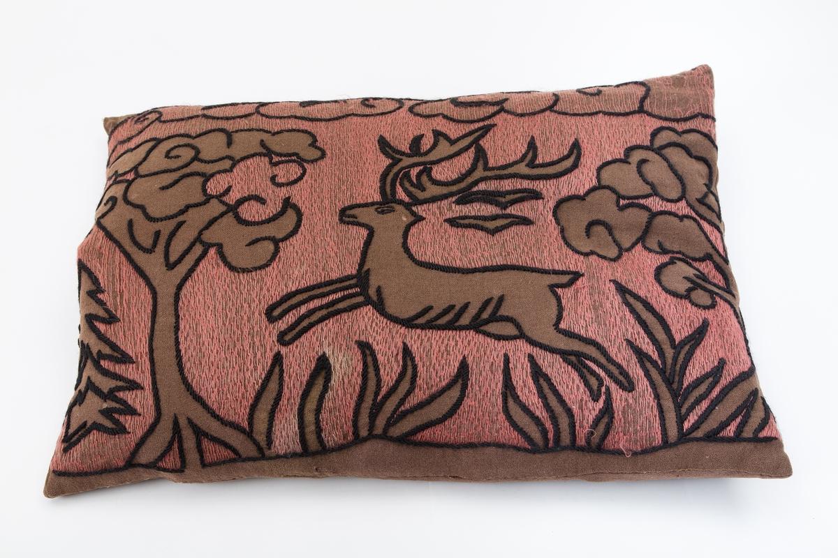 Dunfylt. Brun med sort og rosa dekor. Stilisert broderi hoppende reinsdyr trær og bregner på marken. Rosa bunn for broderiet er også brodert