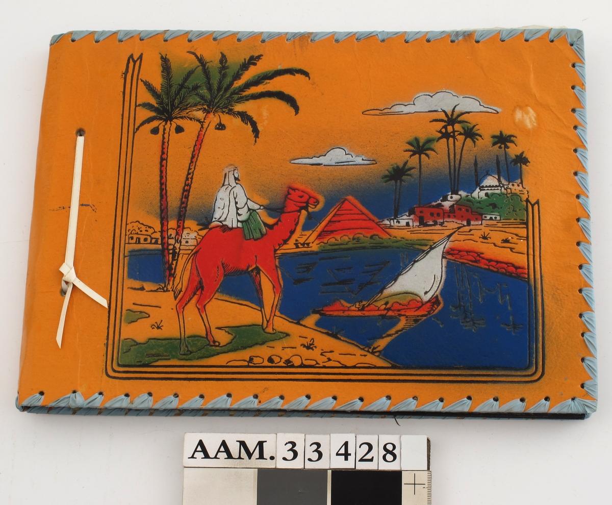 Bildemotiv på forsiden: Kamel med arabisk rytter, palmetrær, vann med seilbåt, pyramide og bebyggelse i bakgrunnen, alt i sterke farger mot en gul-orange bakgrunn.