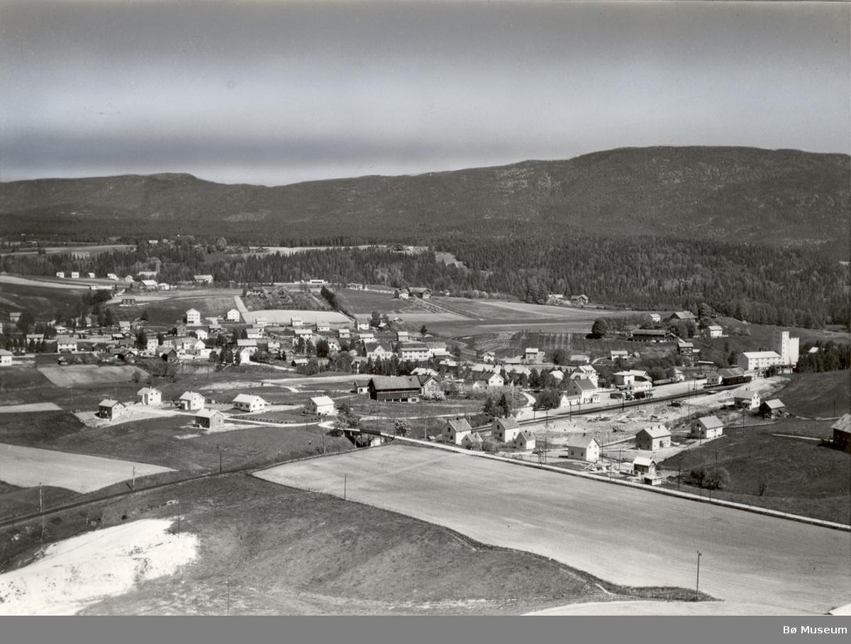 Flyfoto av området rundt Bø stasjon