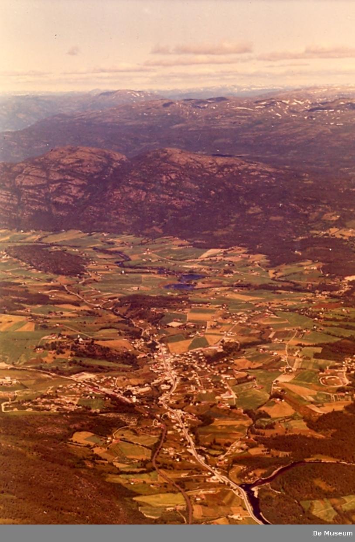 Flyfoto av Bø med Lifjell i bakgrunn
