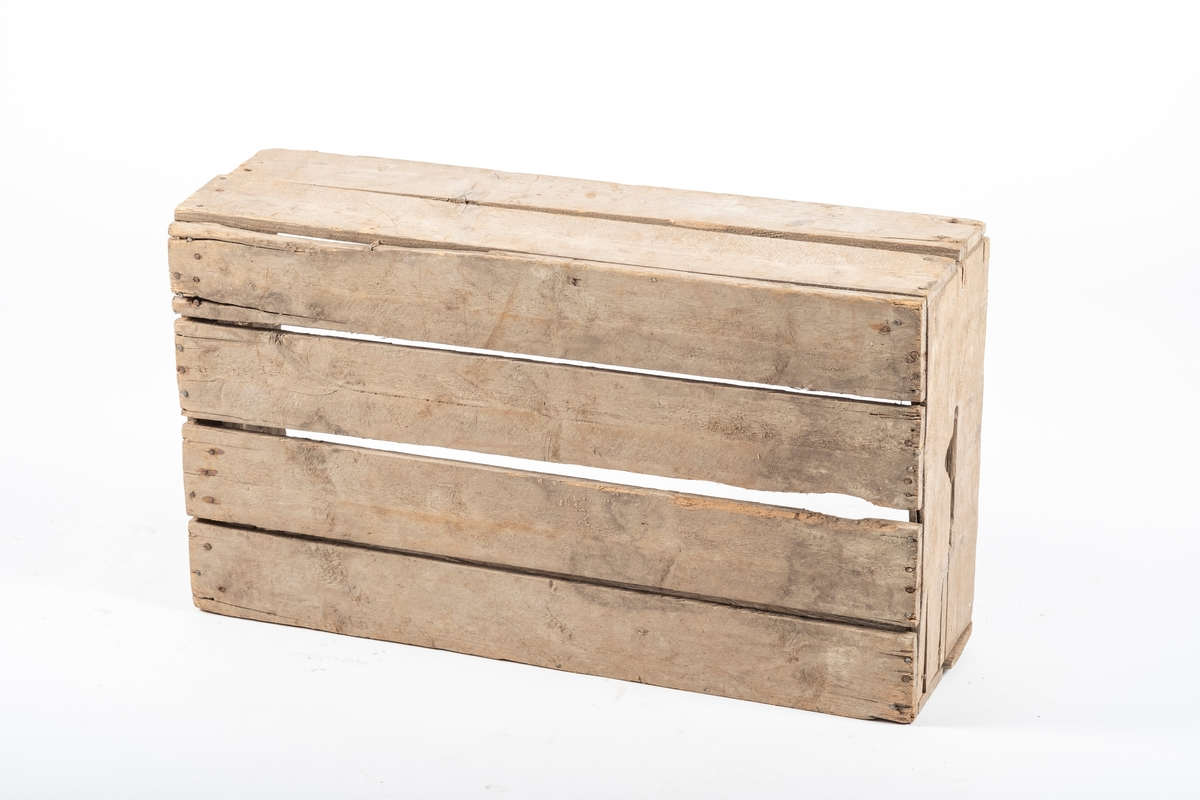 Rektangulær trekasse bstående av fire bunnplanker, med sider dannet av to paralelle, horisontale planker. Kortsidene har bærehull.