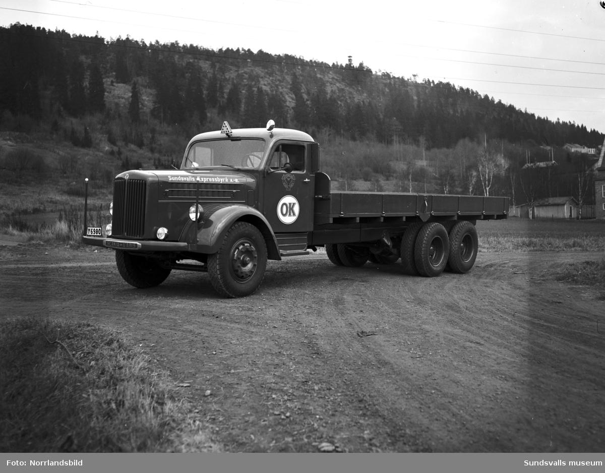 Sundsvalls Expressbyrås nya lastbil fotograferad vid Västhagen. Bakom på första bilden plöjs åkern där senare Västermalms tekniska gymnasium byggs och längre bort skymtar begravningsplatsen. I andra bildens överkant syns det gamla utkikstornet på Norra berget.