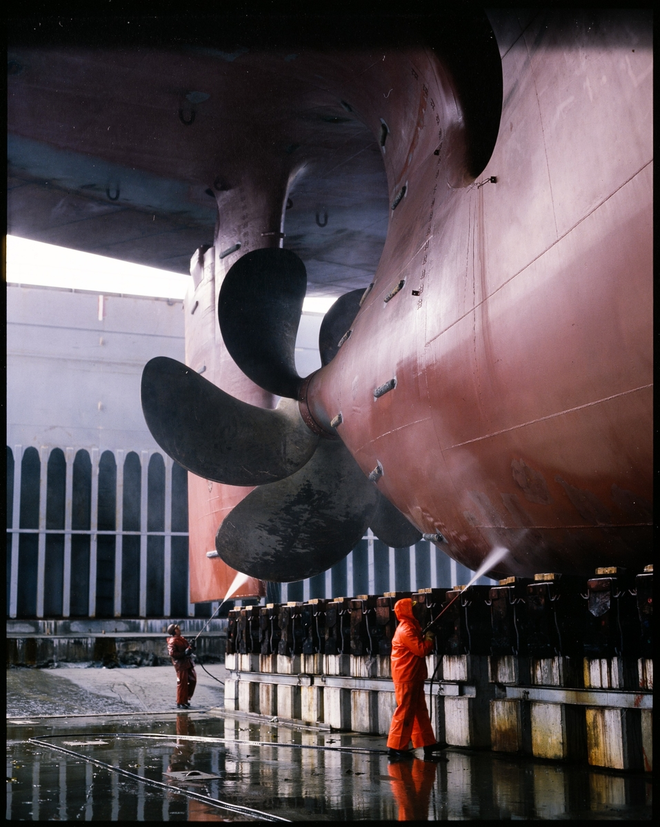 """Spyling av baug på lasteskipet """"M/S Barber Taif"""", og kjølen på M/S Taiko"""" i tørrdokken på Haugesund Mekaniske Verksted."""