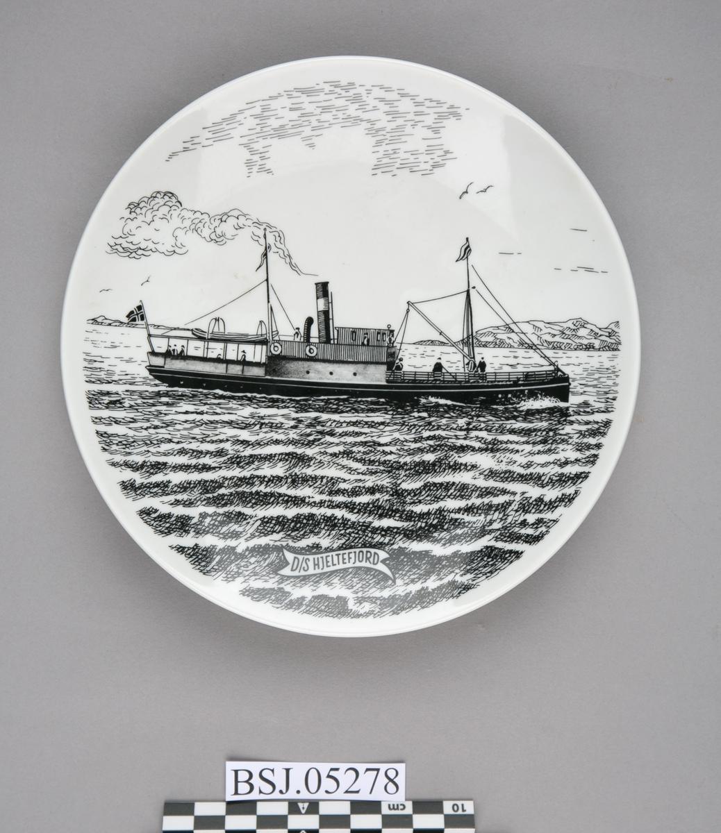 Platte med motiv av DS HJELTEFJORDEN under fart i åpen sjø.