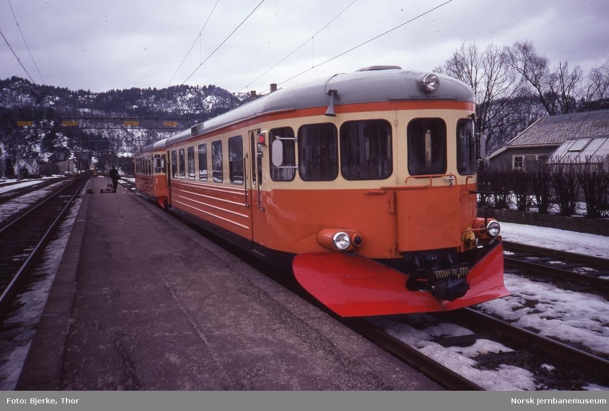 Innleide svenske motorvogner litra Y7 nr. 1205 og 1136 i persontog 3010 til Flekkefjord på Sira stasjon
