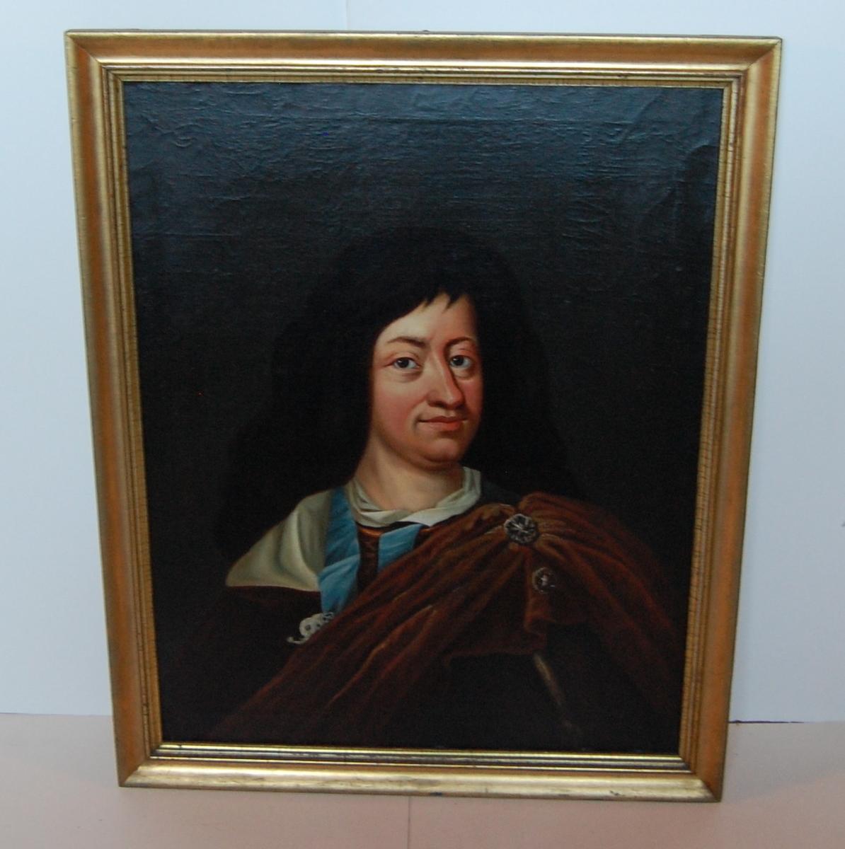 Olje på lerret, forgylt profilert ramme, portrett av yngre mann med sort hår, kappe over venstre skulder, Christian V.?