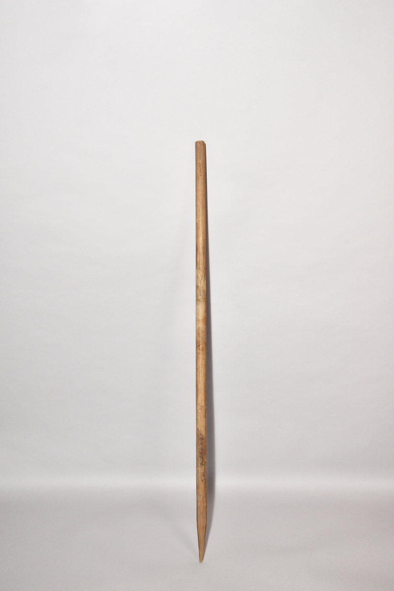 Talgspett, tre stycken, av granpinnar, avbarkade, tillspetsade i ena ändan.