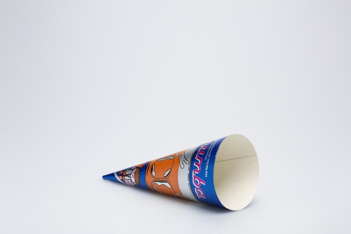 Et glass med noe drikke med isbiter og sugerør. En jente stående med en iskrem i den ene hånda og et skilt i den andre hånda.