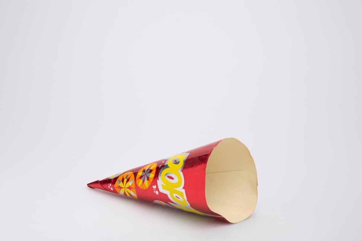Kjegleformet iskrempapir (kremmerhus). Kremmerhuset er med farger på utsiden, og matt uten farge (hvit) på innsiden. Iskrempapiret har rød bakgrunnsfarge med stor logo og sirkler med abstrakte mønster i.