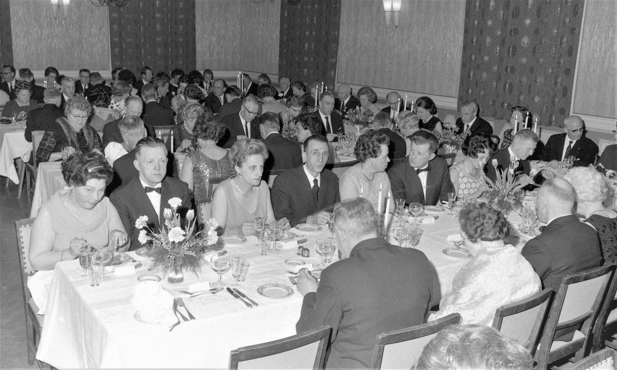 Gruppebilde. Jubileum - 50 års fest. Deltagere ved festbordene. Medaljer overrekkes. Grupper av jubilanter. Mynt og tilhørende diplom til loggen.  Bestilt av H.M.V.