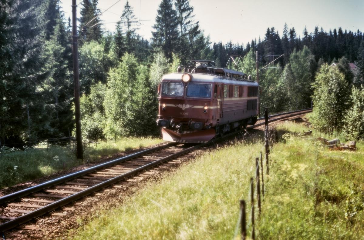 Elektrisk lokomotiv El 14  2200 mellom Kjelsås og Sandermosen