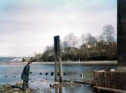 Mann på stranden fotografert ved ytre vannmål ved Randsfjord