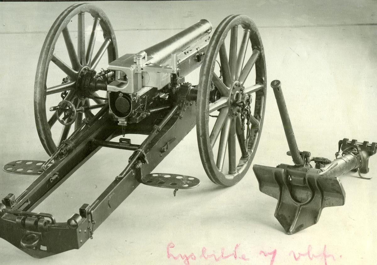 Bergkanon 7,5 cm. M / 32    1. Kanonen er på lavett M / trhjul. M / 32.