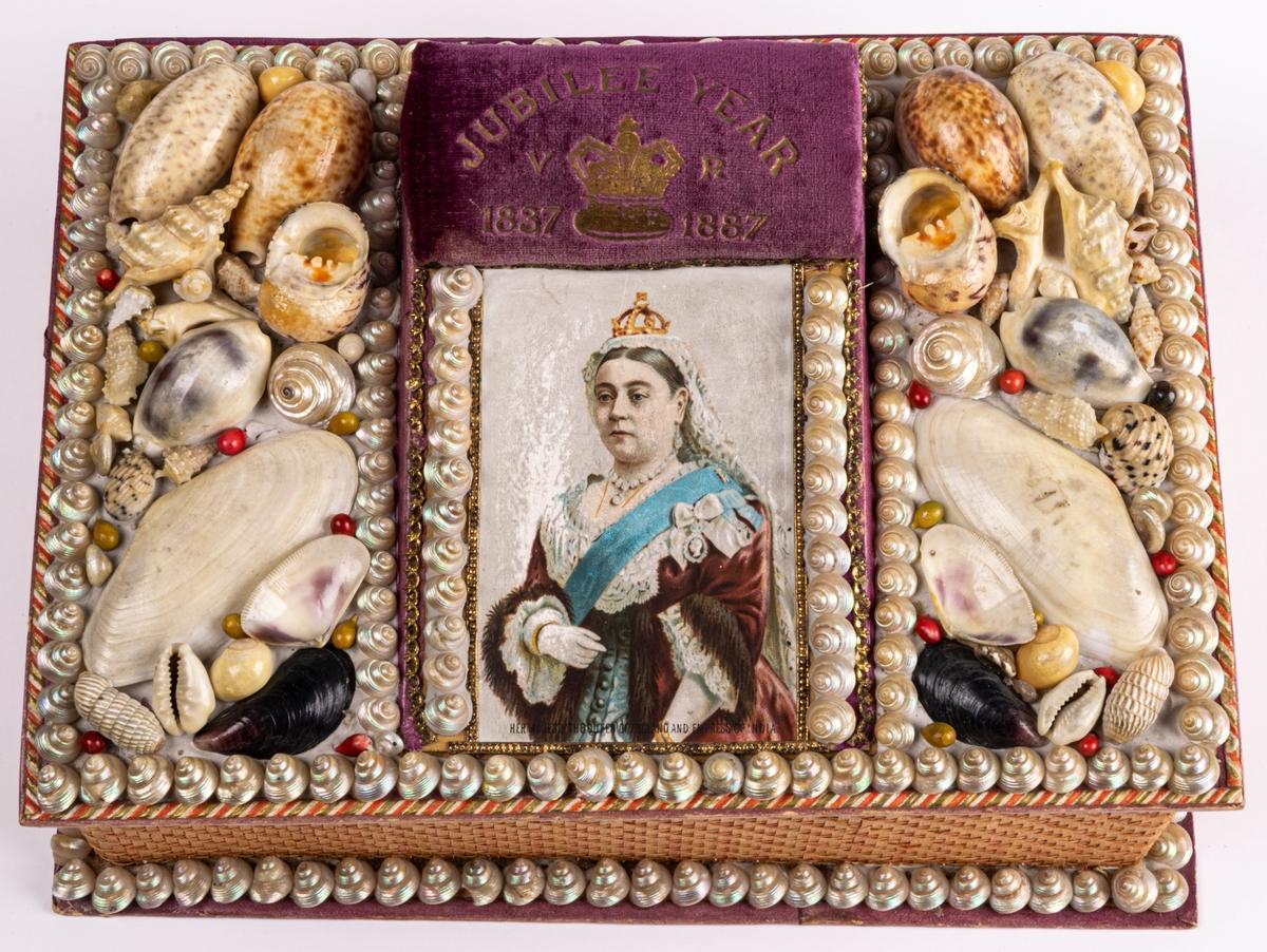 """Syskrin, locket prytt med drottning Victorias porträtt, snäckor och en sammetsdyna med inskrift """"Jubilee year V R 1837-1887""""."""