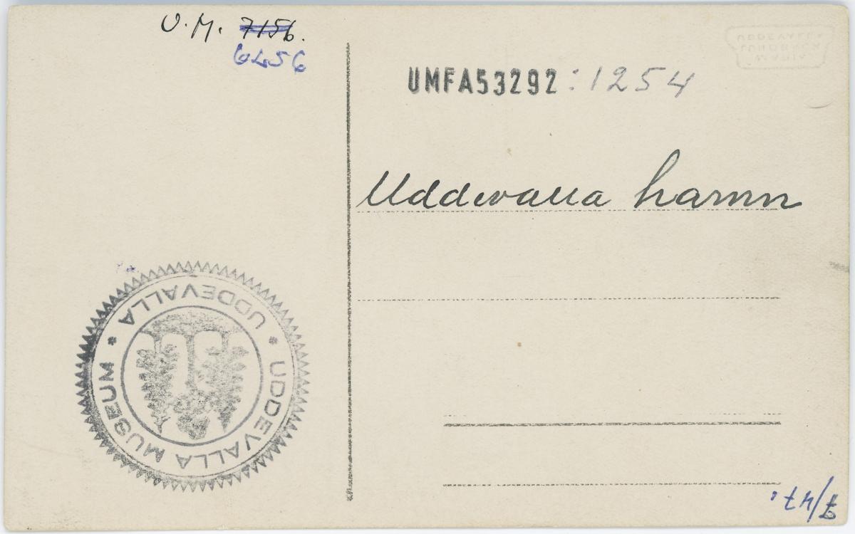 """Tryckt text på vykortets framsida: """"Uddevalla Hamnmotiv""""."""