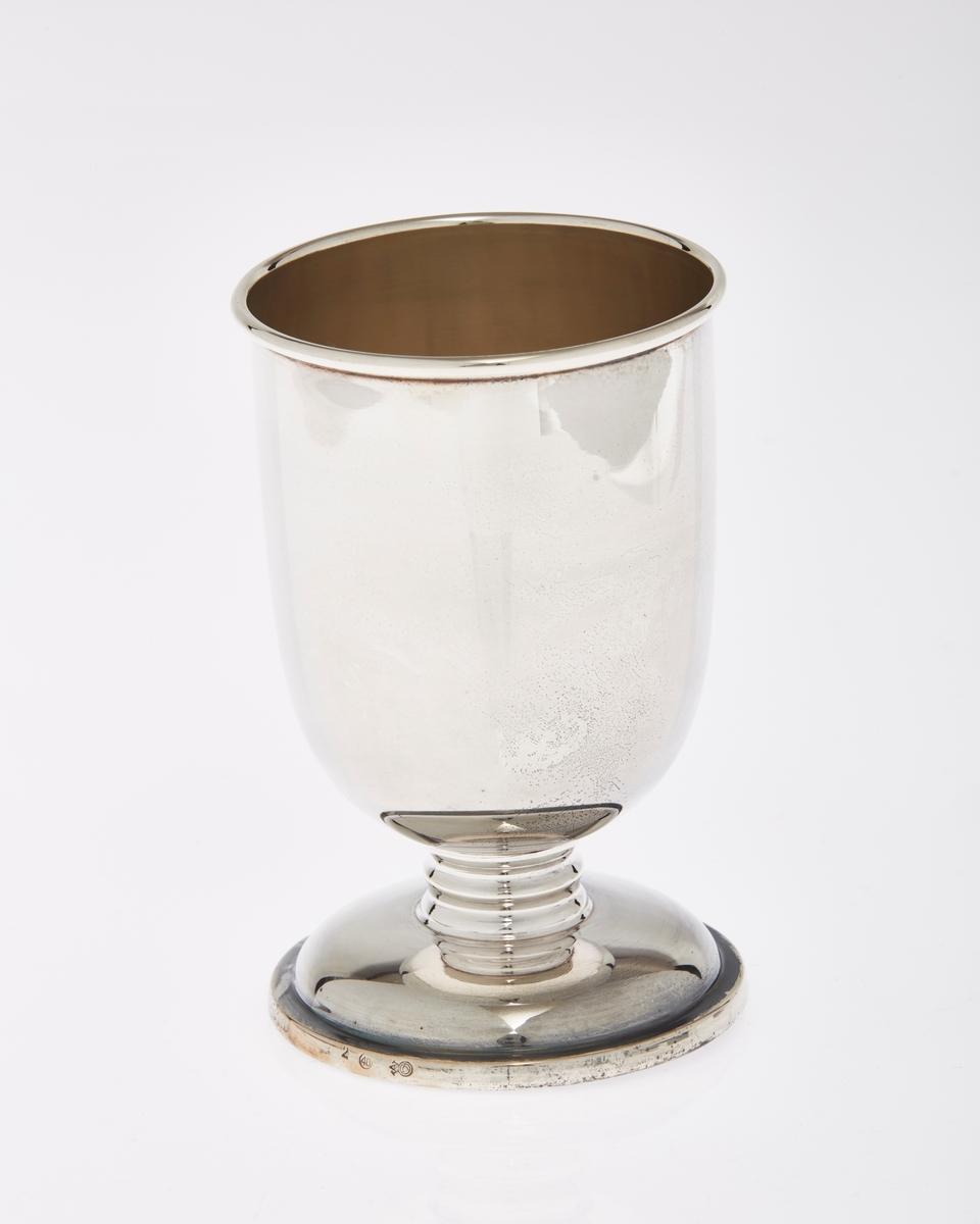 Koppformet pokal på stett i sølvplett.