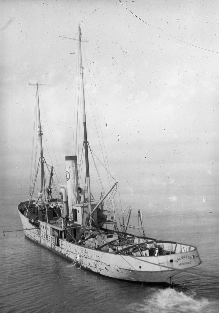 Bergnings/slepebåten SALVATOR i fart.