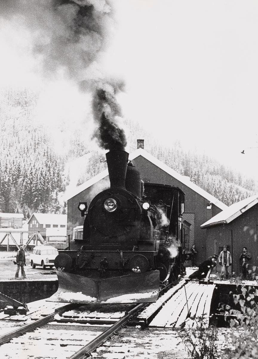 Damplokomotiv type 21b nr. 252 på svingskiven på Rødberg stasjon