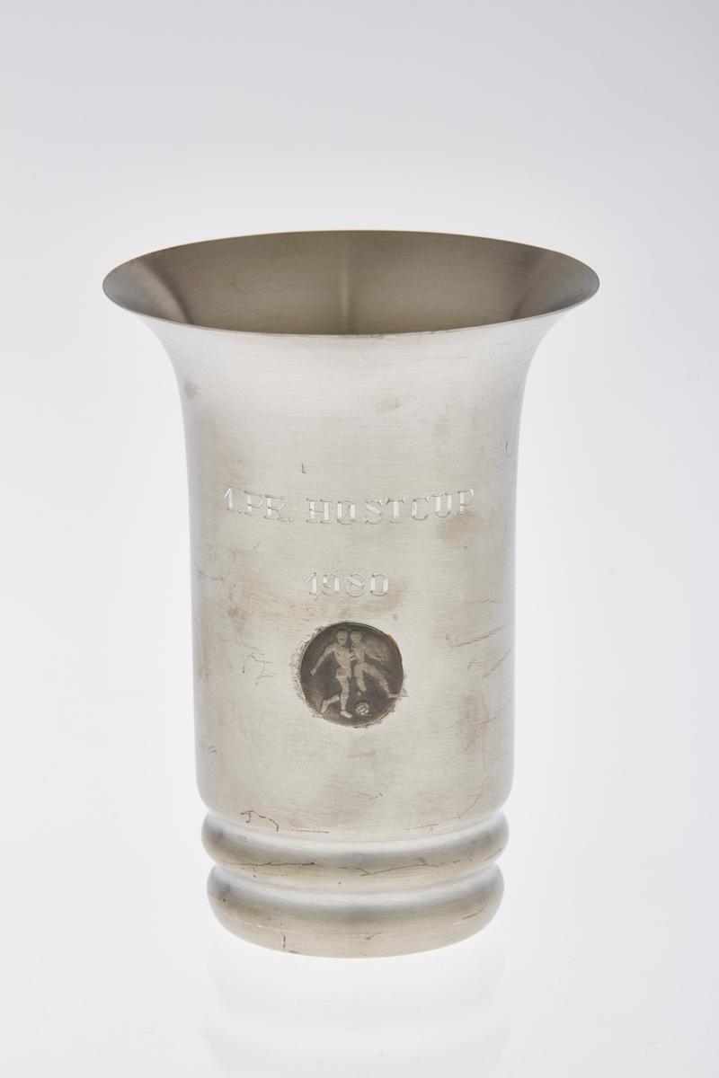 Pokal i tinn, med emblem og inngravering.