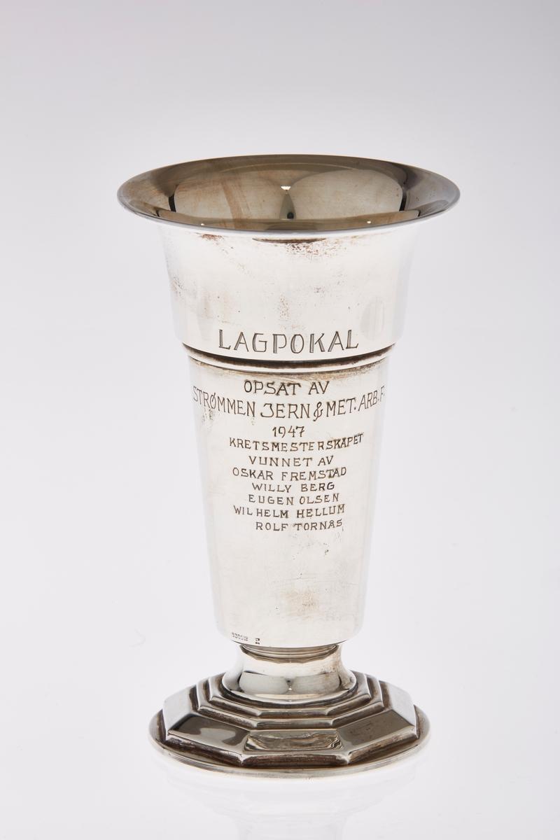 Pokal i sølv med stett og inskripsjoner.