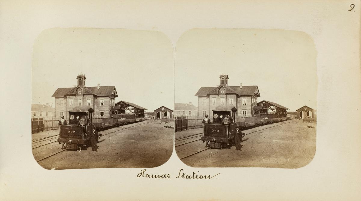 Damplokomotiv type I nr. 2 på Hamar stasjon. I bakgrunnen skimtes lokomotivstallen