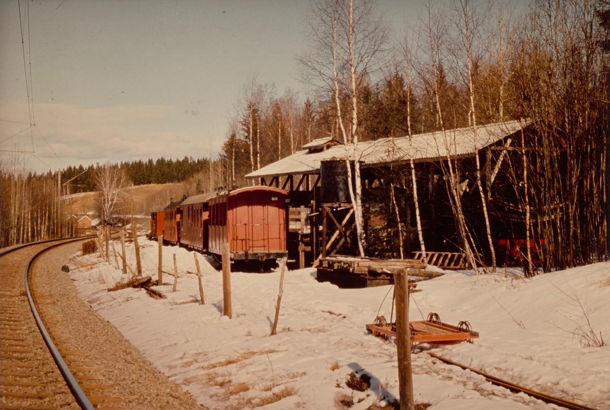 Museumsbanen Urskog-Hølandsbanens stasjon på Bingsfoss. Vogner og lokomotiver ble lagret utendørs