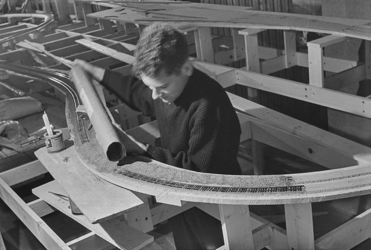 Trondhjem modelljernbaneklubbs modelljernbaneanlegg under bygging, her utlegging av ballast