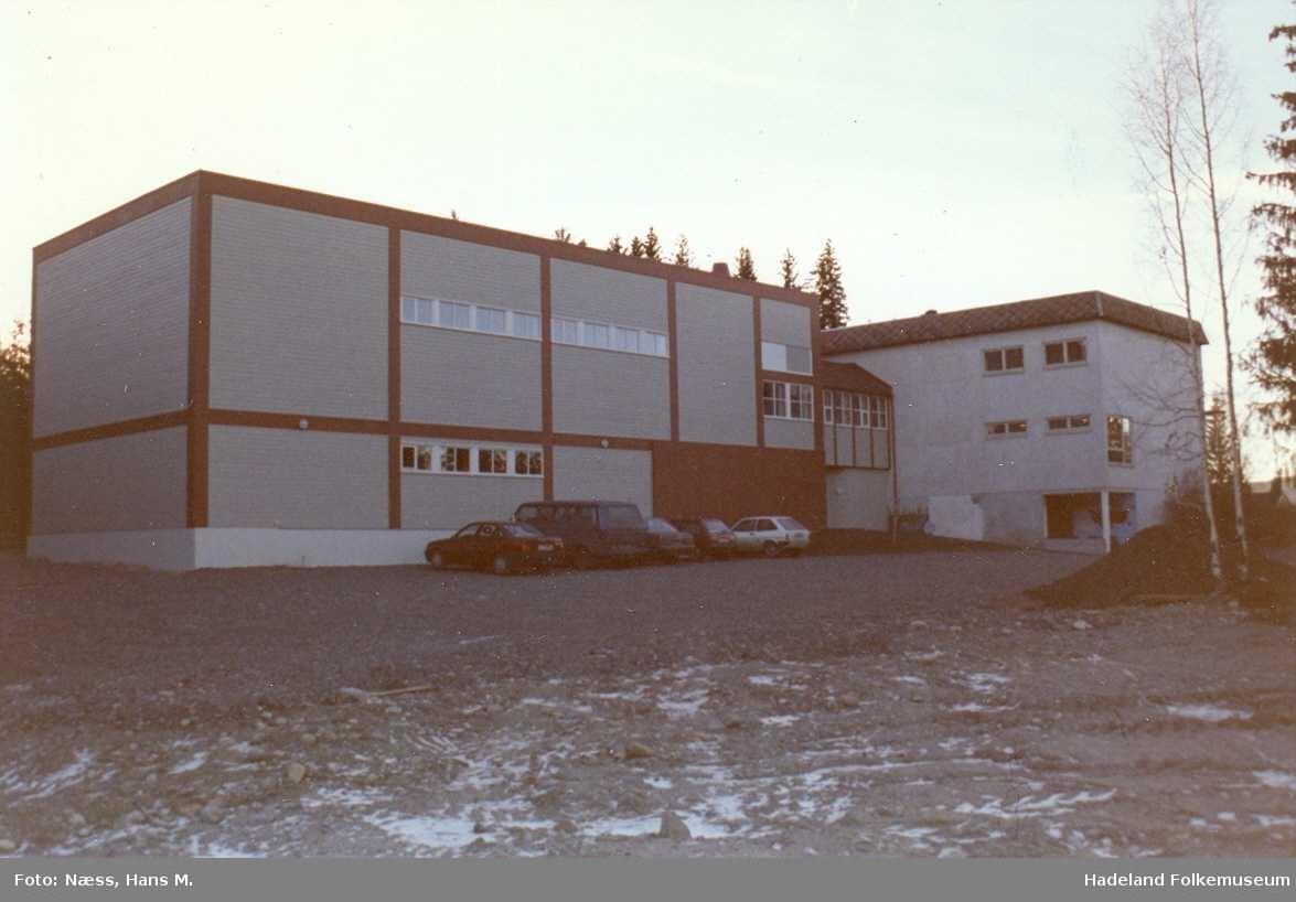 Skoler i Gran, skolebygninger og interiør fra klasserom.