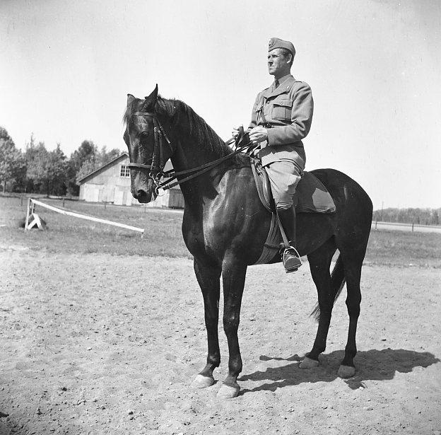 Billsten, kapten, A 6.Till häst. (Hästen heter Toio).