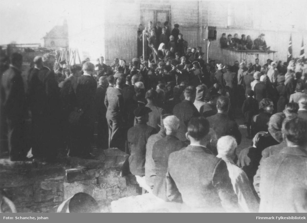 Vadsø 17.mai 1945. Folkemengde på skoleplassen.