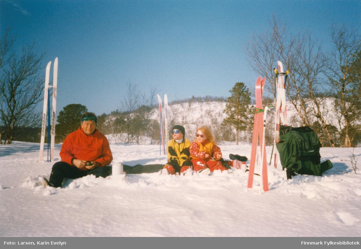 På skitur i påsken i Silfarvann i Porsanger, 1997. Fra venstre: Agnar Johnsen, søsken Kenneth Larsen og Iselin Larsen.