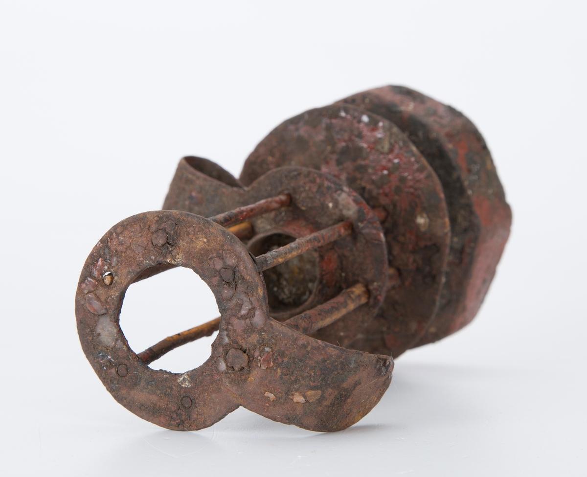 Lysestake av metall med trebunn