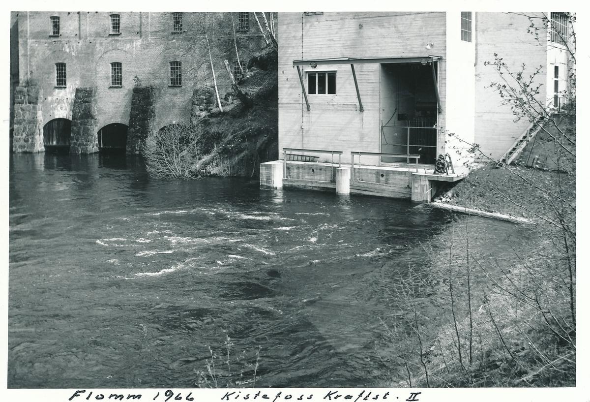 Det eldste tresliperiet og kraftstasjonen Kistefoss II på Kistefoss. Høy vannføring i Randselva.