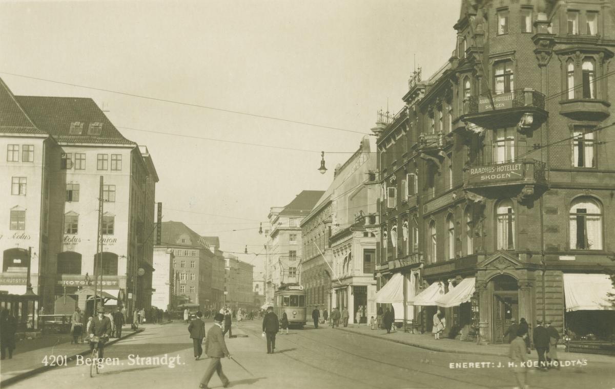 Bergen. Strandgaten, Småstrandgaten, Raadhushotellet. Utgiver: J. H. Küenholdt a/s.